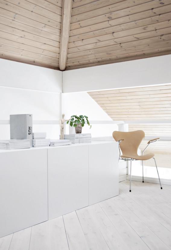 almacenaje en blanco con líneas rectas de una casa minimalista