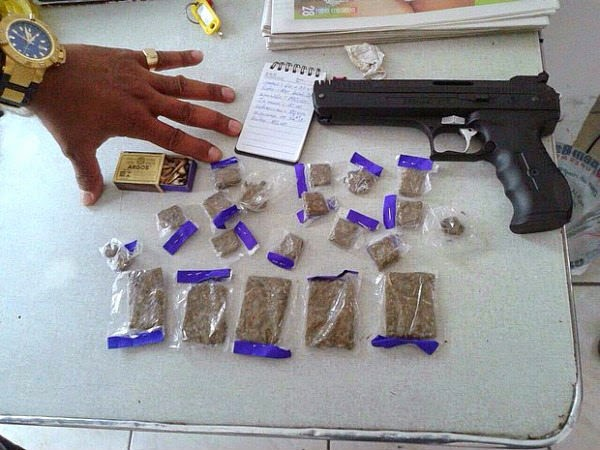 Dois rapazes e uma moça são presos com arma e drogas em Cabo Frio