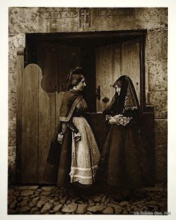 una foto de KURT HIELSCHER con dos mujeres de Candelario Salamanca