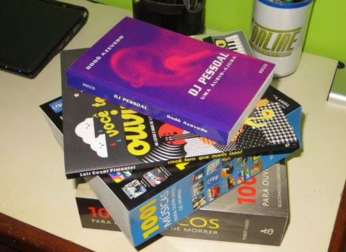 Livros sobre listas de músicas, empilhados. quatro livros que serão descritos ao longo do texto.