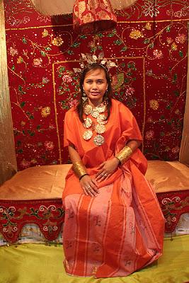 Baju bodo pakaian adat wanita Bugis Makassar