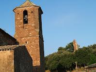 Situació de les restes del castell respecte a l'església de Sant Martí del Brull