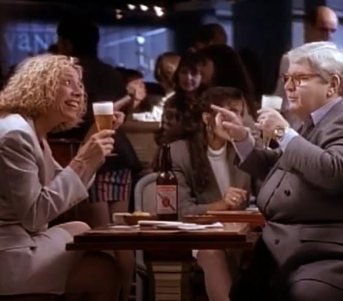 Sentados em uma mesa de bar, dois grandes apresentadores da TV brasileira fazem um divertido diálogo.