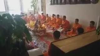 Буддиские монахи в холе отеля