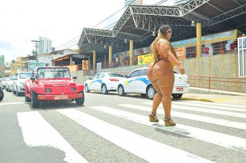 Trânsito parou: 'Mulher Vulcão' impressiona natalenses com suas medidas avantajadas