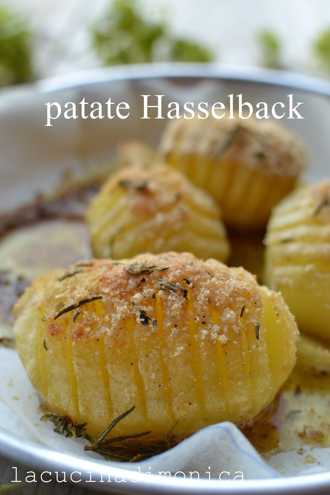 disponete le patate in una pirofila unta e far cuocere per 2530 minuti sfornatele e cospargete su ogni patata un po di mix aromatico