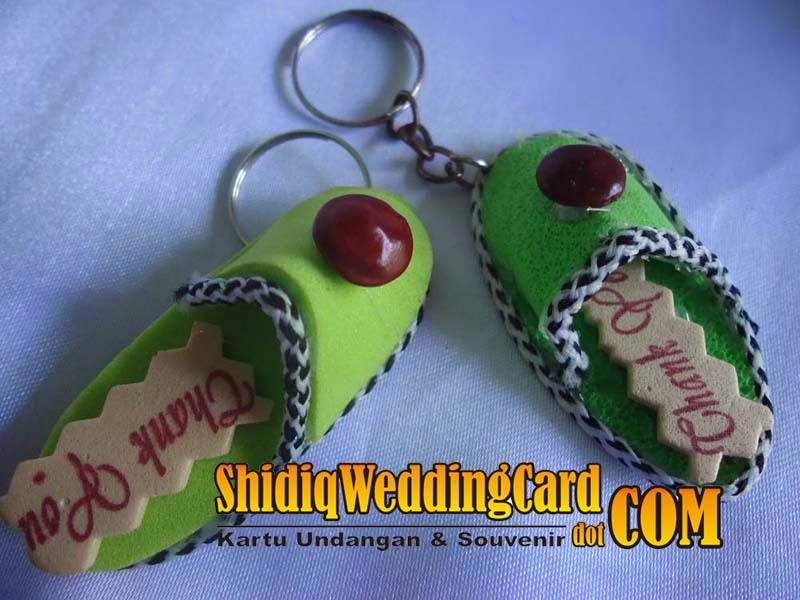 http://www.shidiqweddingcard.com/2014/02/souvenir-gantungan-kunci-sandal.html