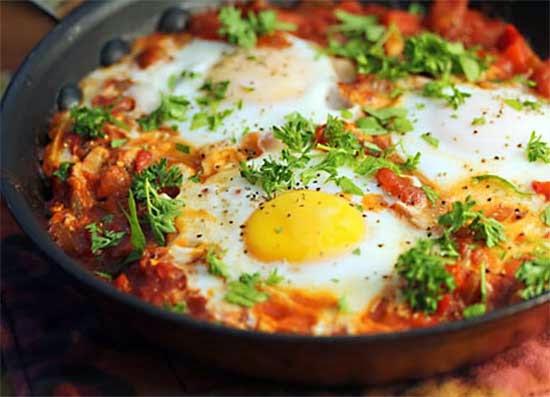 شكشوكة البيض مع صلصة الطماطم و الموتزاريلا