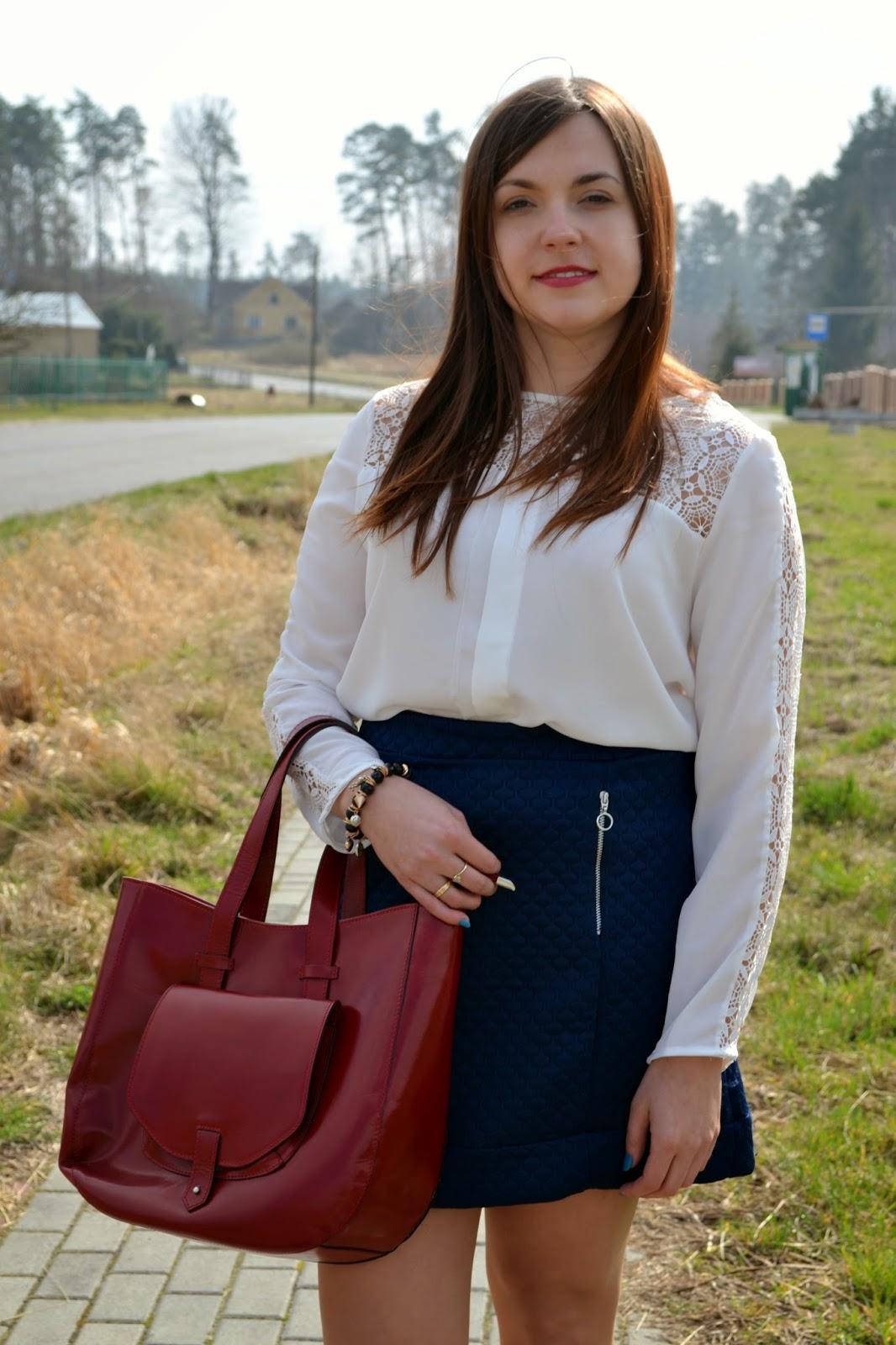koronkowa bluzka, bluzka z koronką, romantyczny zestaw, pikowana spódnica, granatowa spódnica, czerwona torebka, granat z czerwienią, red bag, wiosna, trendy moda 2015