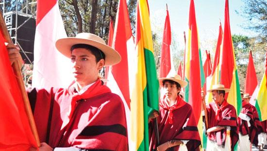 Estudiantes y docentes rinden homenaje a Bolivia