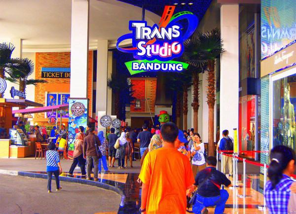 Memasuki pintu masuk Trans Studio Bandung