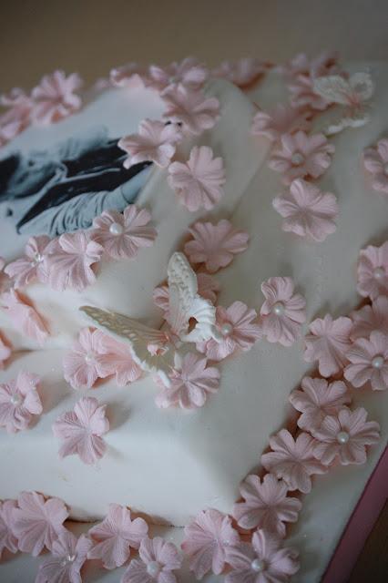 Sommerfugl og blomster på Justin Bieber sjokoladekake
