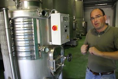 Rafael Comenge en las Bodegas junto al Fermentador diseñado por el grupo enotecUPM y Bodegas Comenge. Blog Esteban Capdevila