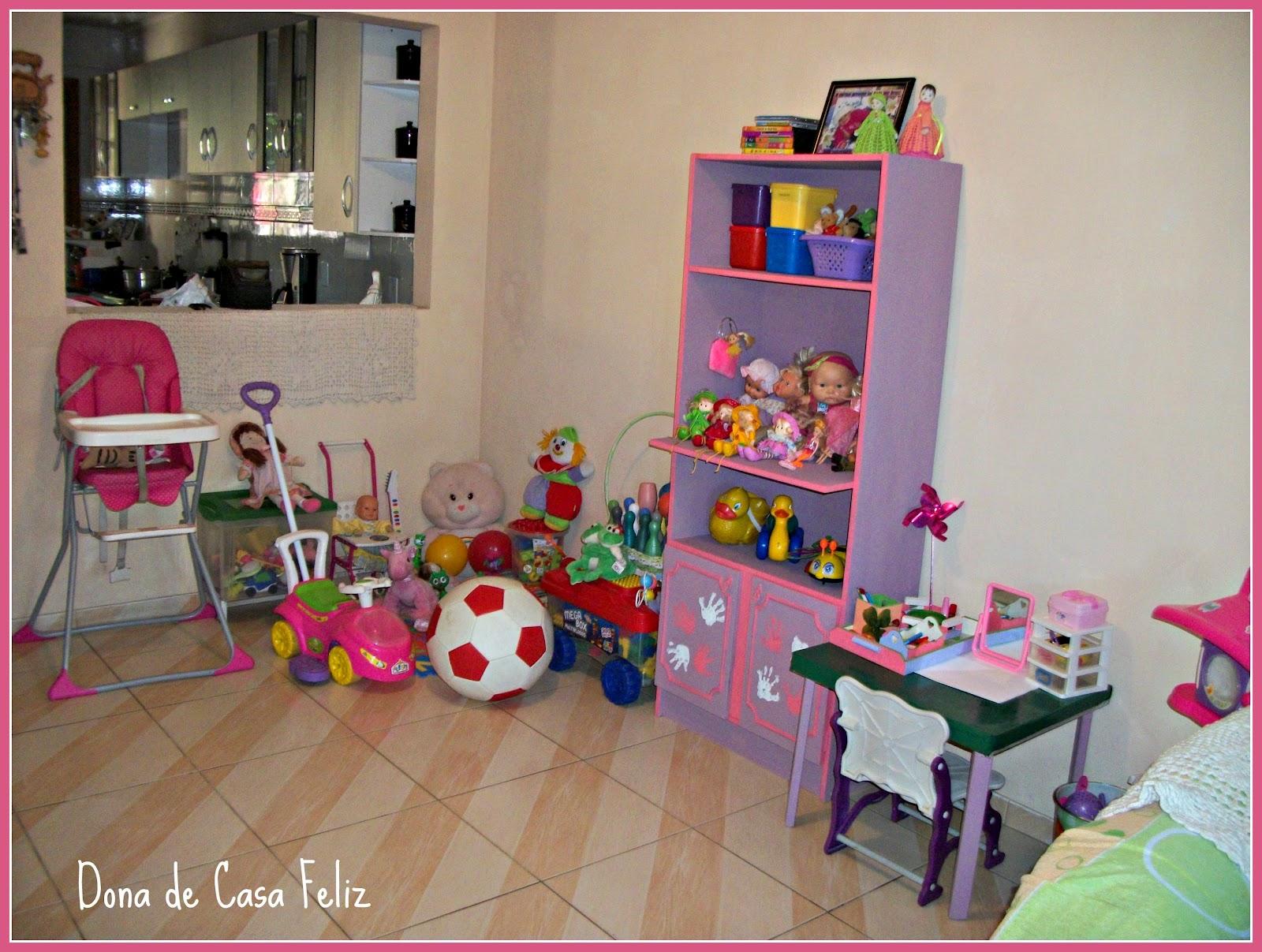 coloridas) além dos bichinhos de pelúcia e da caixa de brinquedos #793036 1600x1207