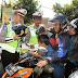 Sat Lantas Polres Kebumen Bagi Bunga dan Helm Pada Pengguna Jalan