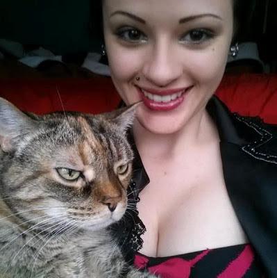 Хреново — это когда кроме кота даже обнять некого, а эта скотина ещё и вырывается
