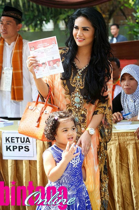 Foto Close Up Krisdayanti bersama anak Raul Lemos