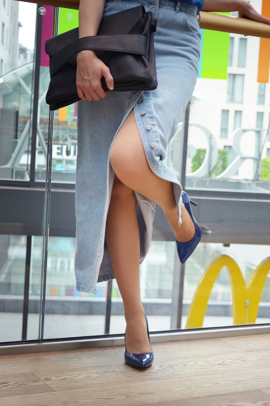 When old skirt becomes young again_Katharine-fashion is beautiful_Maxi denim sukňa_Modré lakované lodičky_Čierna listová kabelka_Katarína Jakubčová_Fashion blogger