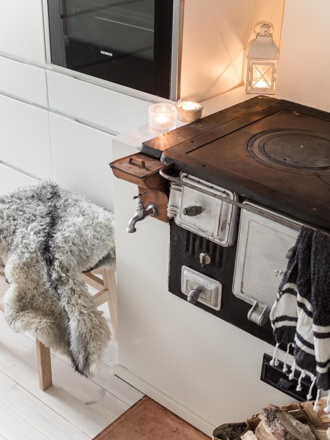 talvi kotona sisustusblogi, sisustus lifestyleblogi tohkeissaan, taljat sisustuksessa moderni keittiö puuliesi