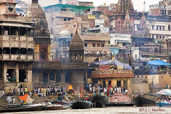 Cremaciones en el río Ganges, Varanasi, India