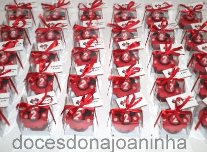 Mini cupcakes Minnie vermelha na caixinha para Lembrancinha e Tag com nome e idade