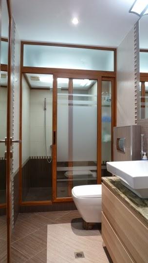 Баня с отделна душ кабина и вграден бойлер в тавана 1