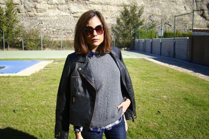 nurstyle, cazadora, uñas negras, jersey gris, camisa cuadros azules