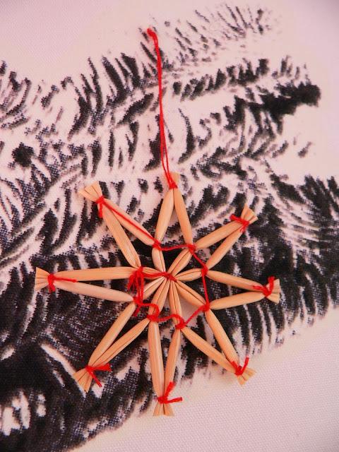 IKEA Wand Weihnachten Baum Tanne Weihnachtskugeln Deko Stroh Stern