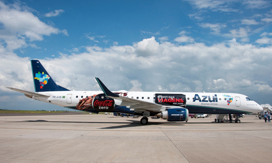 Propaganda da coca-cola em aeronave da Azul Linhas Aéreas