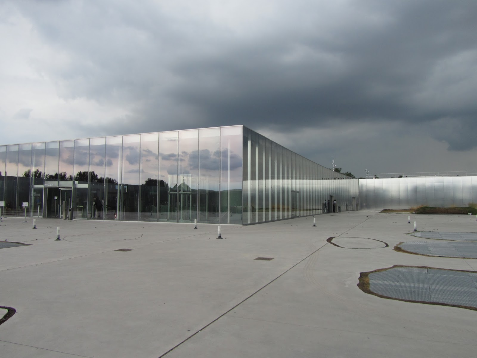 Charlton stitcher the louvre lens northern france for Louvre lens museo