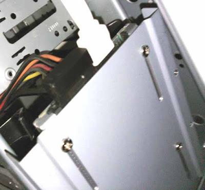 SSDと2.5-3.5変換マウンタ―の固定位置を 実際にケーブルを差し込んでみることでチェック