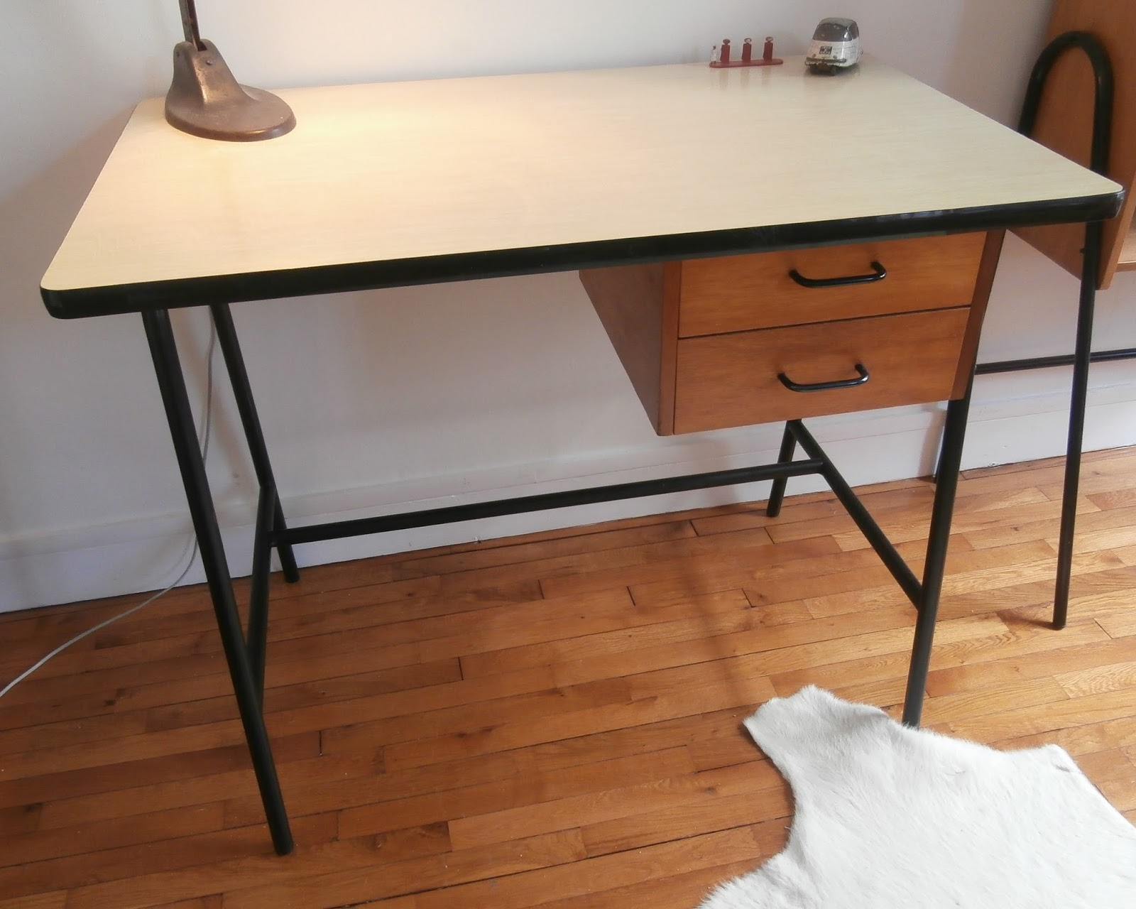 dur e de vie ind termin e bureau en formica pieds m tal. Black Bedroom Furniture Sets. Home Design Ideas