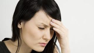 wanita mengalami migrain