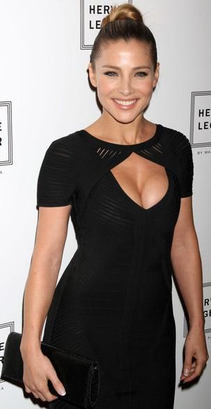 Elsa Pataky con el cabello recogido y vestido negro