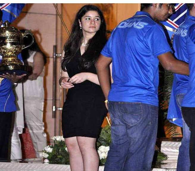 Sara Tendulkar in black dress, Sara Tendulkar hot pics