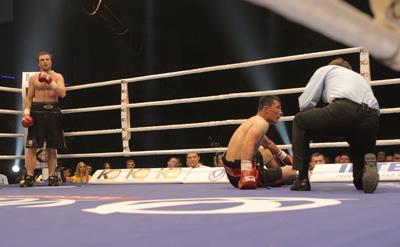 Фото Укринформ:бокс - Устинов бьет Гаверна