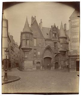 Hotel de Sens avant le «nettoyage» de la  rue du Fauconnier ( à droite) et de la rue du Figuier (à gauche) dans les années 1940-1950 Eugène Atget, 1899, Paris, ©BnF