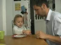 Papá le realiza una broma a su hija