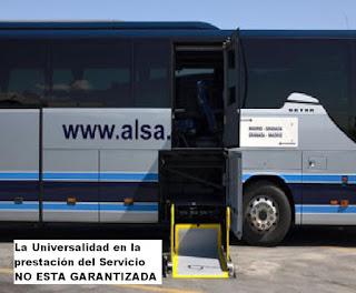 Vista de autobús con plataforma desplegada para acceso de usuarios de silla de ruedas