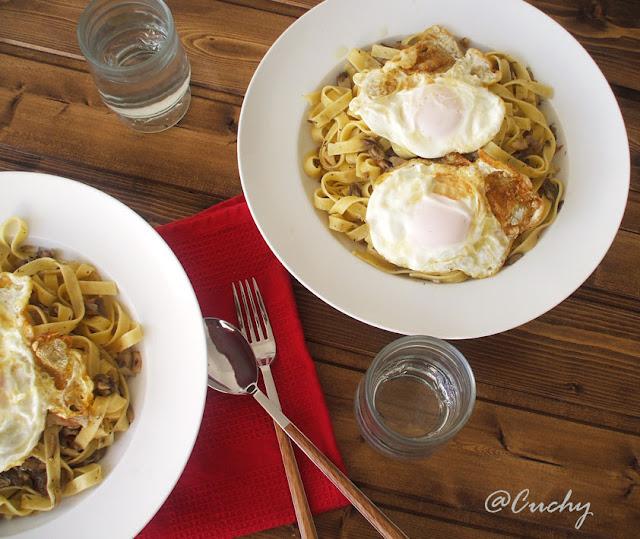Tagliatelle con setas y huevos fritos
