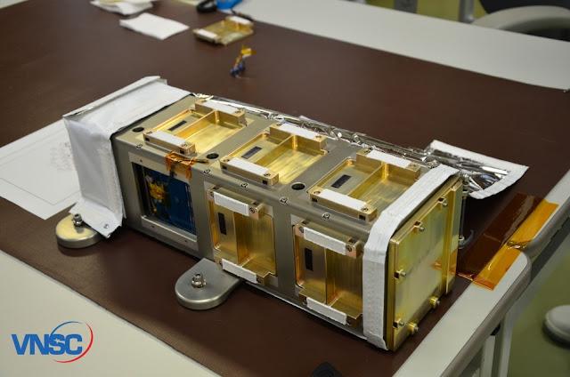 Vệ tinh Pico Dragon nằm trong ống phóng JSSOD (ngoài cùng bên trái). Hình : VNSC.