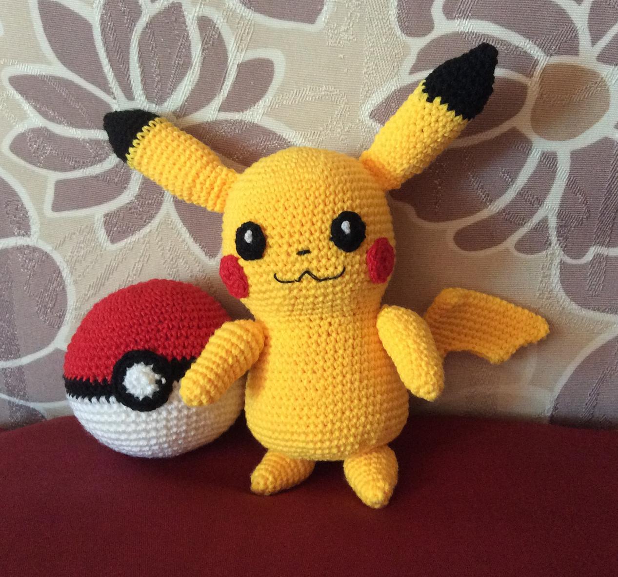 The Moody Homemaker: Crochet / Amigurumi Pikachu & Pokeball