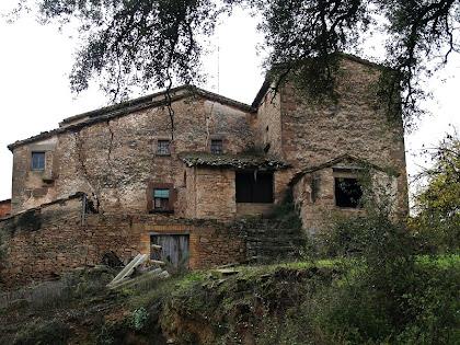 Les tines a la façana nord de la masia antiga de La Massana