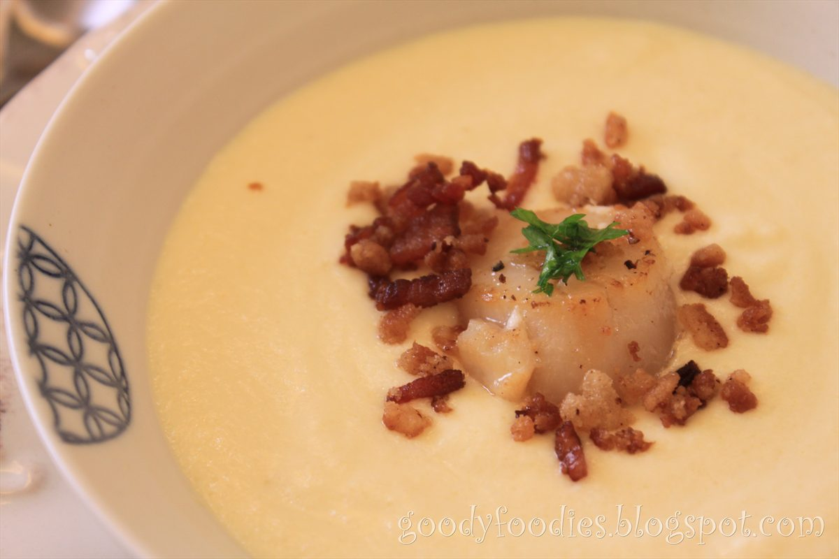 Cauliflower puree with scallop and bacon crumble ;)