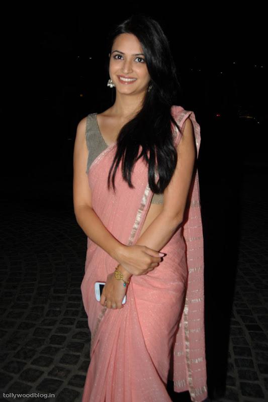 kriti karbanda cute saree photos stills at filmfare south awards cleavage