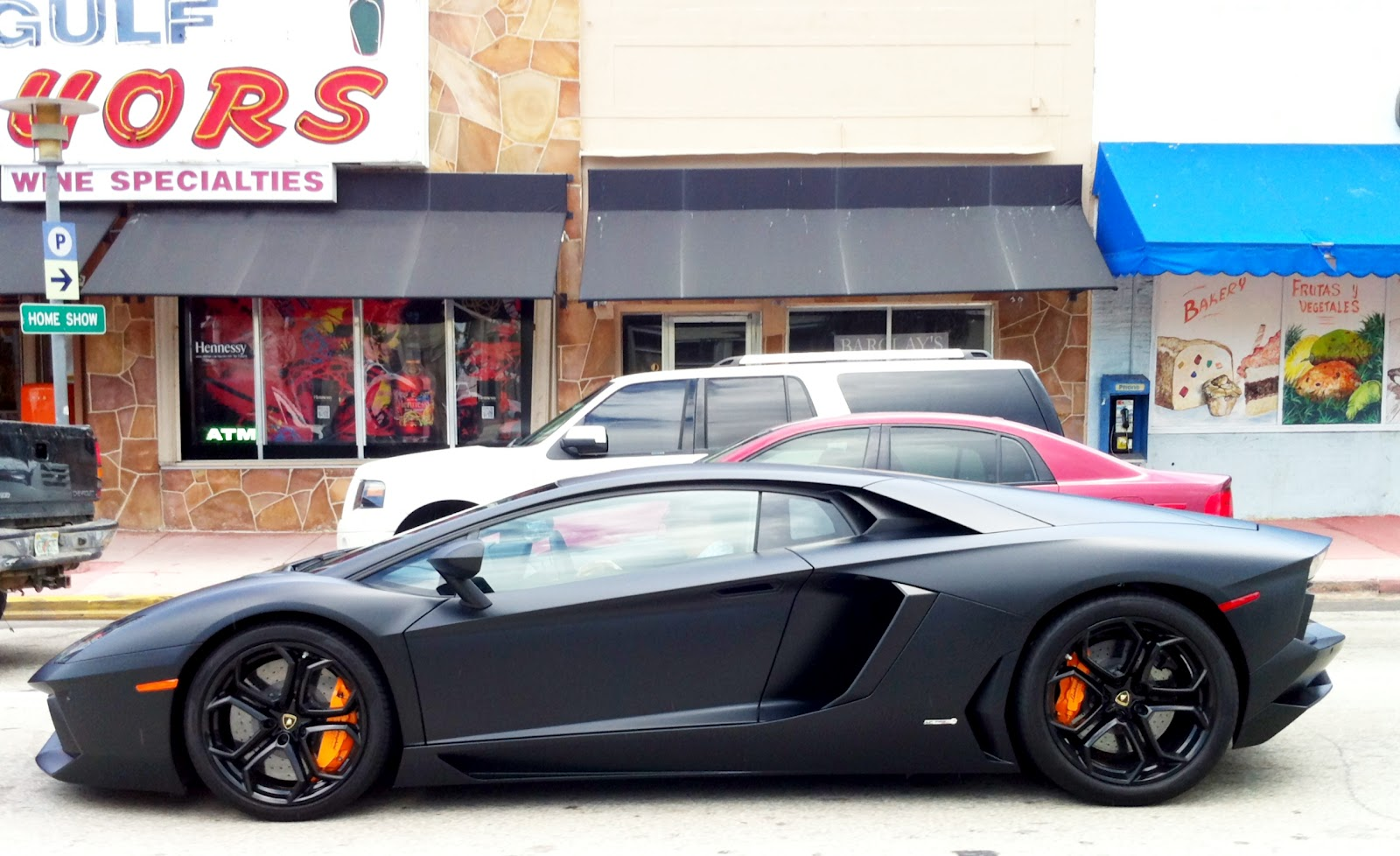 kobe bryant drives a lamborghini aventador with an almost identical    Kobe Bryant Lamborghini