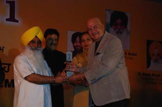 S Sewa Singh  Sekhnwan awarding Prem Chopra