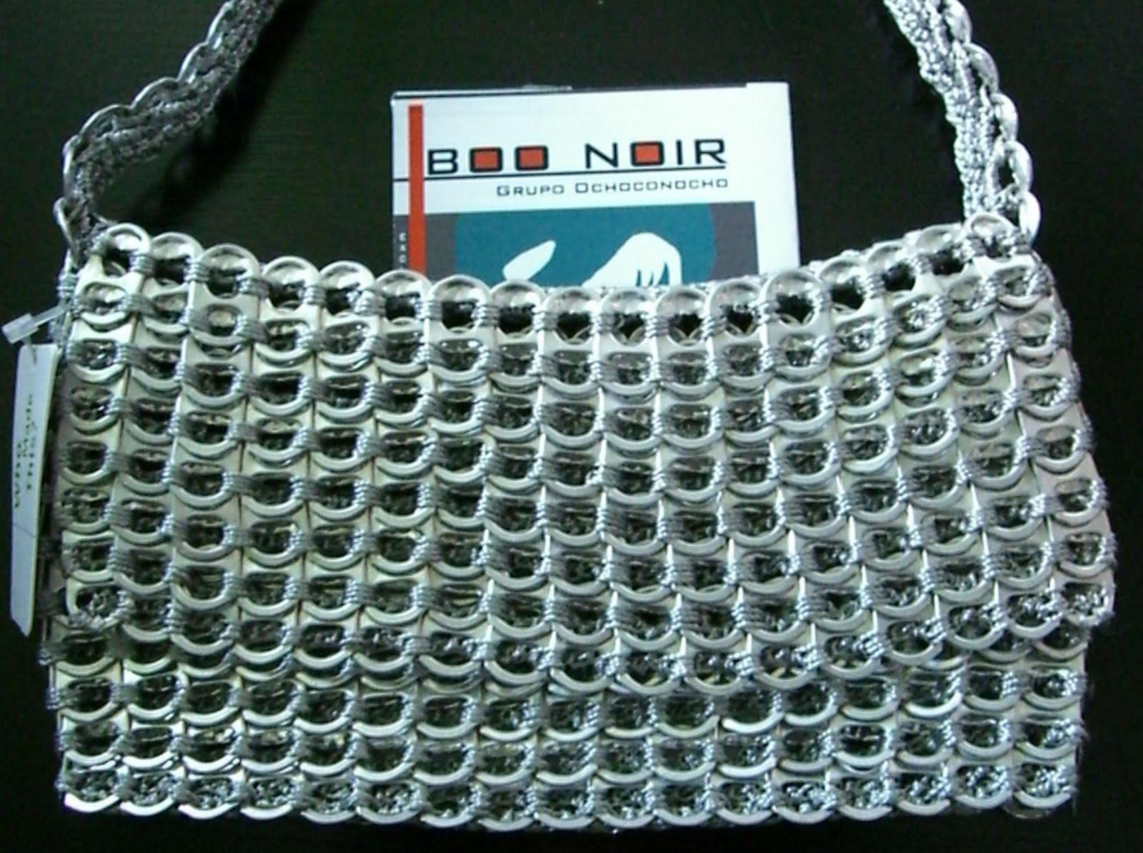 bolsa hecha con anillas o aros para abrir latas de alumnio