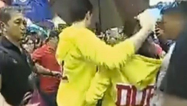 Alden Richards protecting Maine Mendoza after the incident.