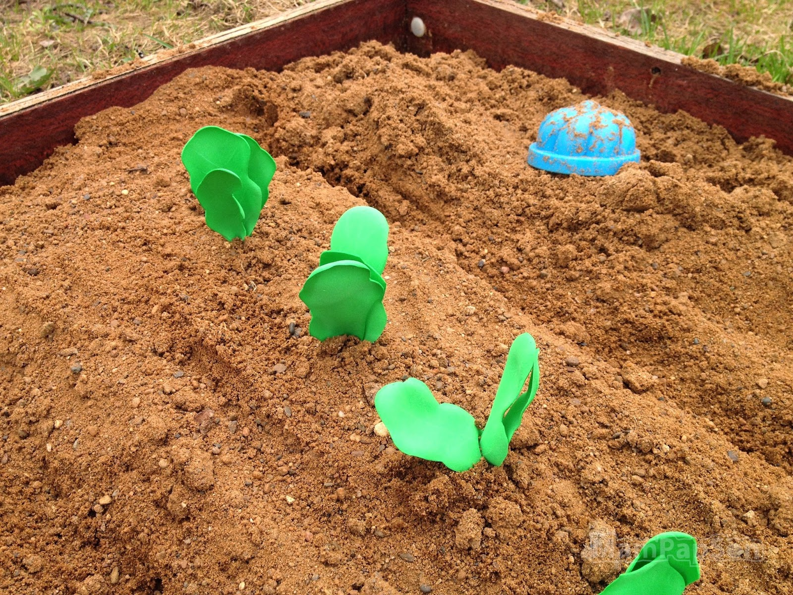 Самодельная редиска их киндер-яиц в песочнице